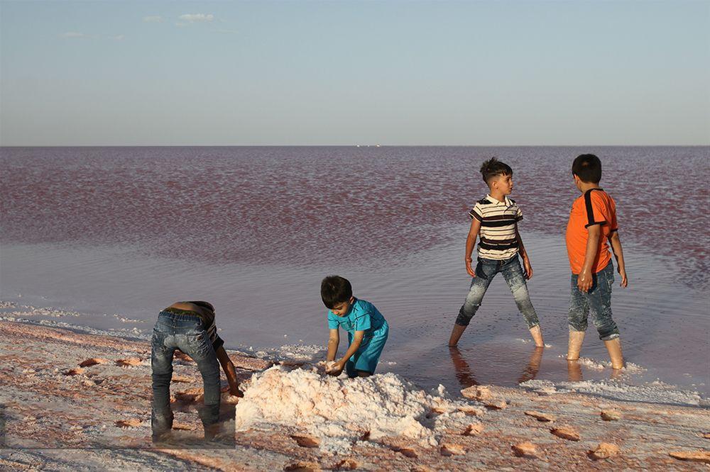 دریاچه نمک سرخ شد