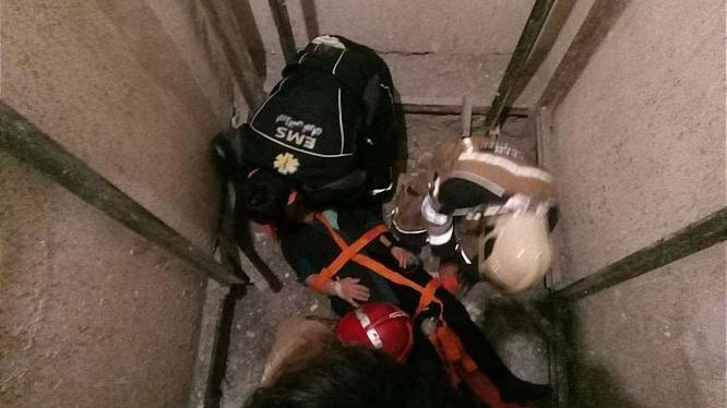 سقوط بانوی میانسال در چاهک آسانسور