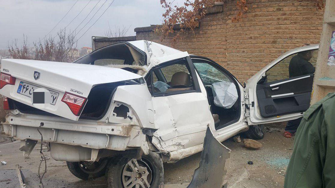 تصادف شدید خودرو سواری با تیر برق / عکس