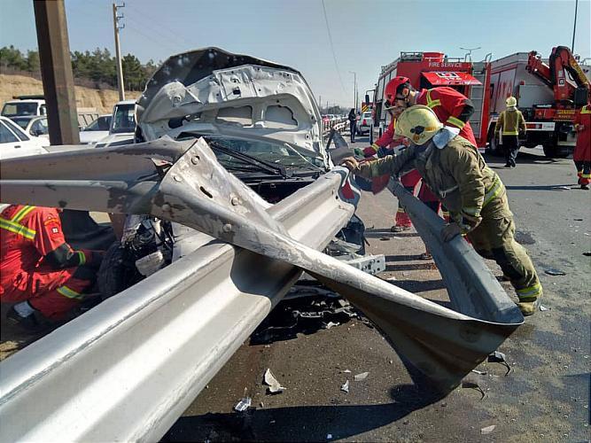 نجات معجزه آسای دو جوان 18 ساله از حادثه ورود گاردریل به خودرو