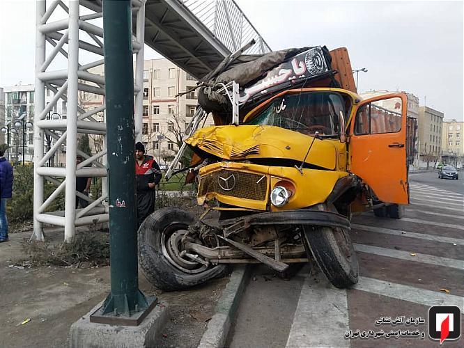 برخورد کامیون با پل عابر حادثه آفرید