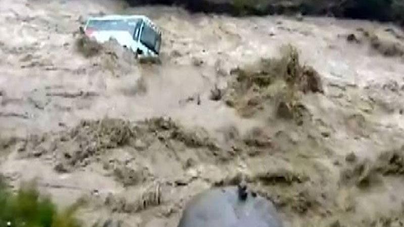 15 گردشگر عمانی گرفتار در سیلاب بندرچارک نجات یافتند