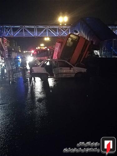 واژگونی کامیونت خاور بر روی پراید حادثه آفرید