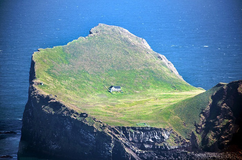 خانه ای تنها در جزیره ایسلند