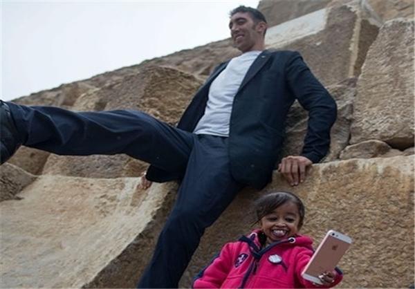 دیدار بلندترین مرد با کوتاهترین زن جهان در اهرام ثلاثه+ عکس