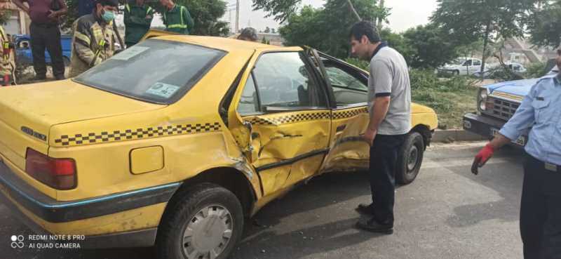 واژگونی تاکسی پژو در بزگراه