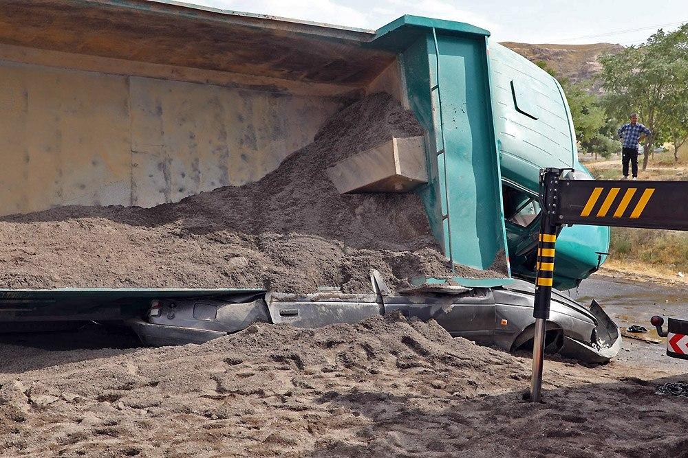مرگ دلخراش راننده پژو زیر اتاق کامیون حمل شن