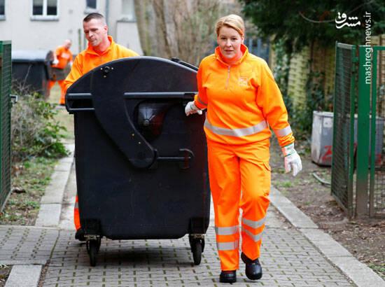 جمع آوری زباله توسط خانم وزیر