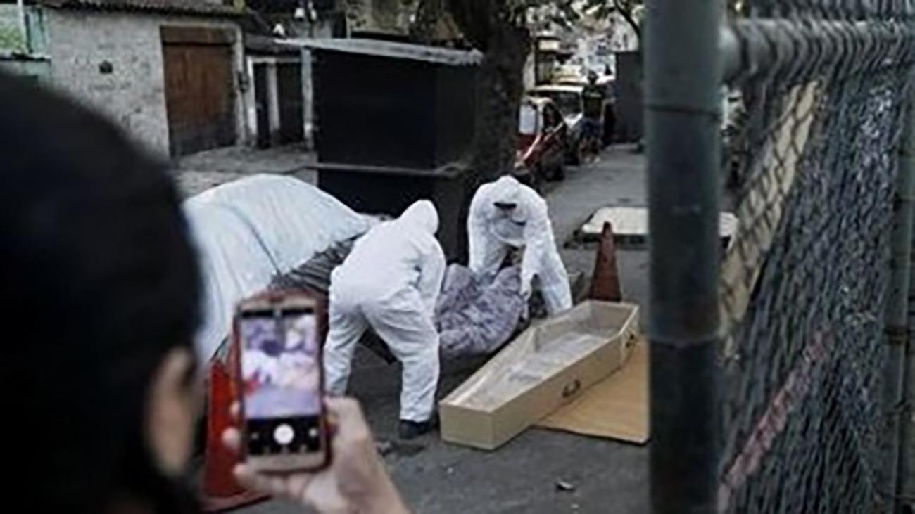 بازی فوتبال در کنار جسد کرونایی در خیابان!