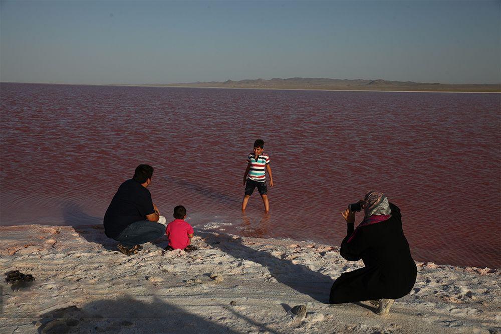 دریاچه سرخ رنگ