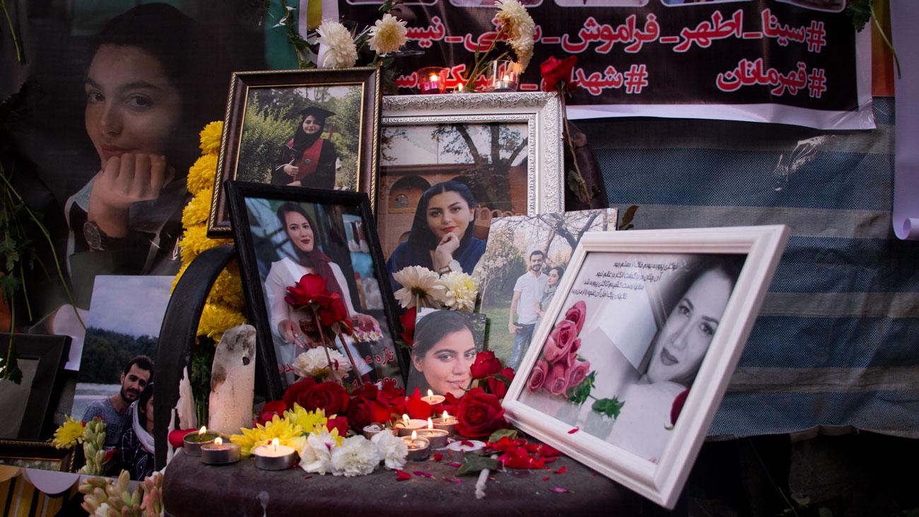 خانواده قربانیان حادثه آتش سوزی کلینیک سینا اطهر با تجمع در محل حادثه مراسم یادبودی برای عزیزان خود برگزار کردند.