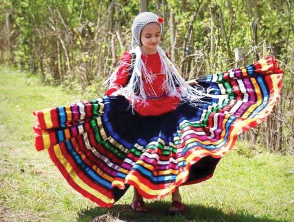 دختر در لباس محلی