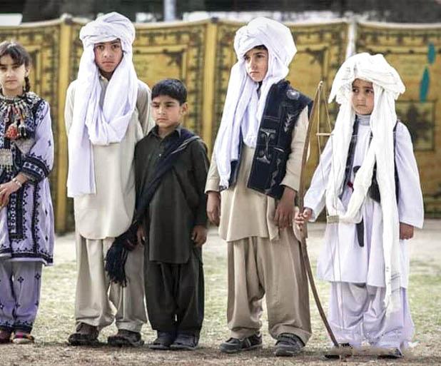 بچه ها در لباس محلی