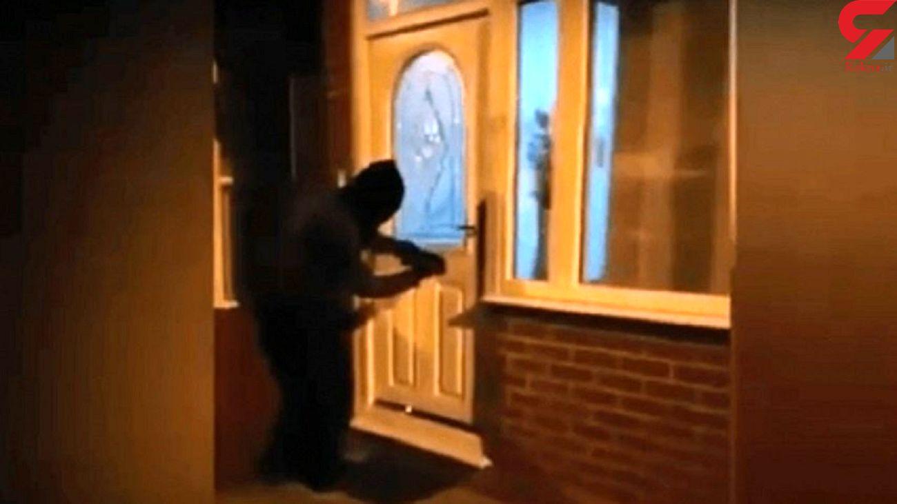 دزد مسجد پول ها را برگرداند! + فیلم لحظه پشیمانی