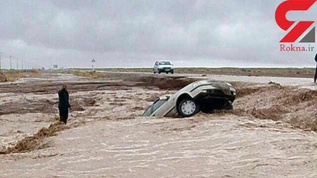 نجات یک زن و شوهر از سیل خروشان طبس / ماموران فداکار پلیس دیهوک به آب زدند + عکس