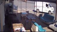 کامیون روی یک ون چپ کرد + فیلم خارج کردن راننده از ون پرس شده