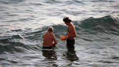 زن باردار هنگام شنا در دریا نوزادش را به دنیا آورد / 2 مرد بند ناف را جدا کردند + عکس