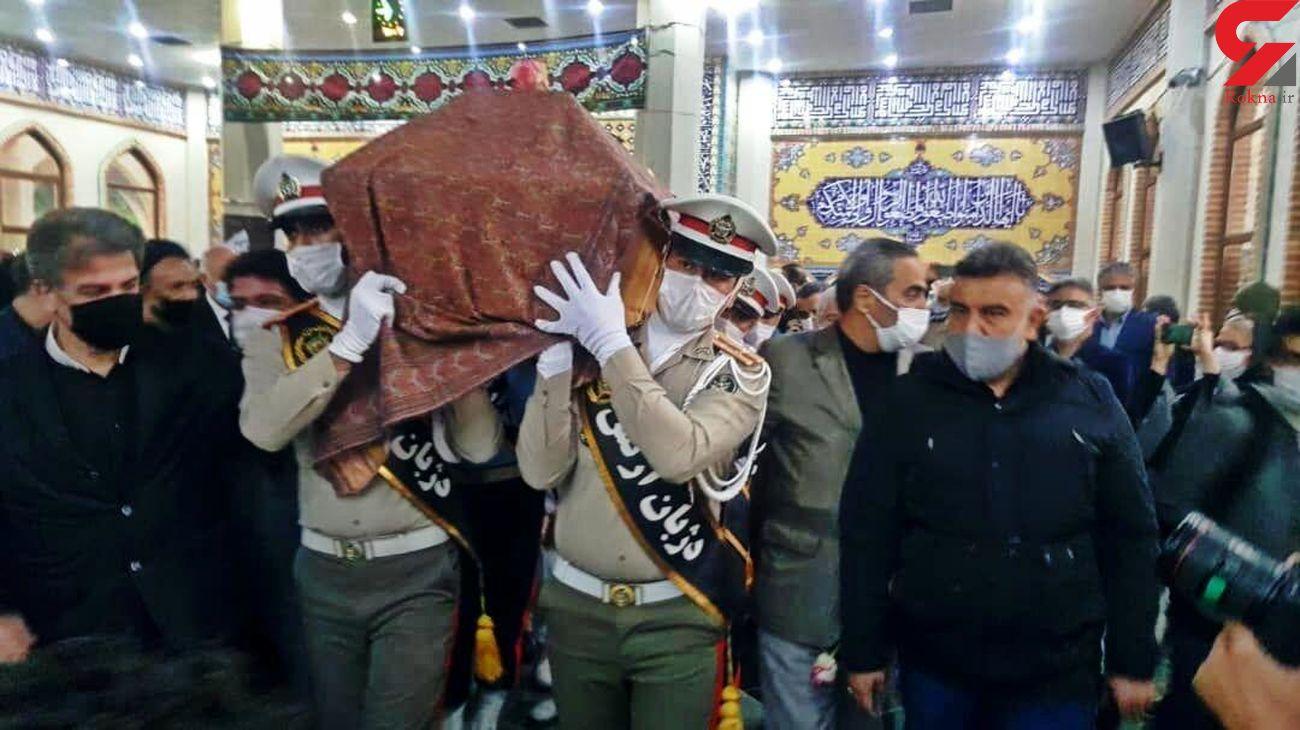آخرین دیدار تهرانی ها با پیکر استاد محمدرضا شجریان در بهشت زهرا / مراسم نماز + فیلم و عکس