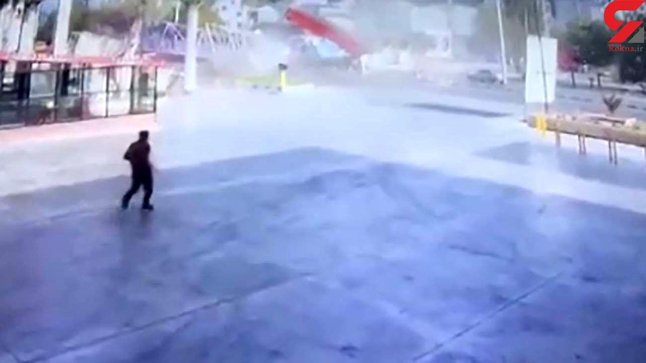 برخورد وحشتناک تریلی با پل عابر پیاده در بهشهر / مینی بوس بدشانس را ببینید+ فیلم