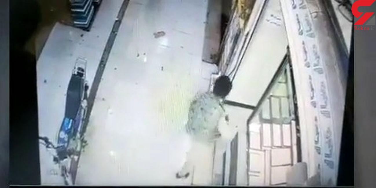 فیلم دیدنی از لحظه شلیک به شیشه ضدگلوله طلافروشی توسط دزدان چابهاری