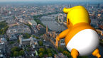 بادکنک تمسخرآمیز ترامپ در لندن به پرواز درمیآید + عکس
