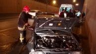 محبوس شدن دو نفر در خودرو در حادثه برخورد با دیواره کنارگذر +عکس