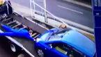 تلاش های بی فایده مکانیک بیچاره برای جلوگیری از سقوط خودرو از روی یدک کش +فیلم