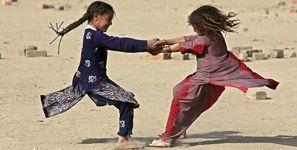 حداقل 30 هزار دختر روزانه به زور ازدواج می کنند / تندتر شدن چرخه فقر با کودک همسری