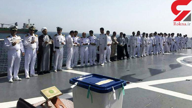 صحنه ای زیبا از رای دادن پرسنل نیروی دریایی بر روی عرشه کشتی+ عکس