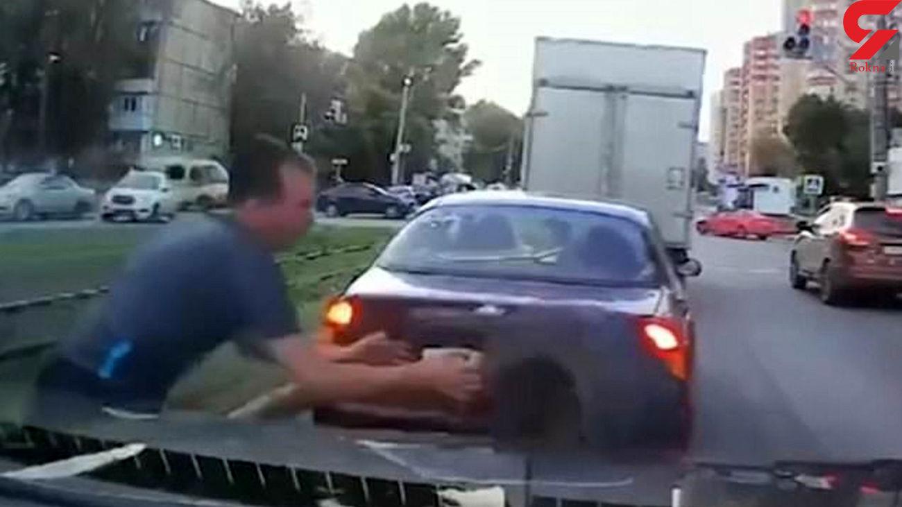 فیلم واکنش سریع راننده با دیدن لاستیک سرگردان در خیابان