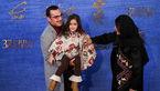 ژست جالبِ بازیگر خردسال روی فرش قرمز جشنواره فیلم فجر+تصاویر