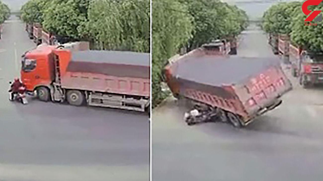 زنده ماندن معجزه آسای یک موتورسوار پس از تصادف با تریلی + فیلم