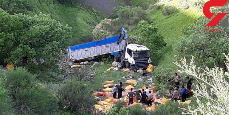 سقوط مرگبار تریلی به درهای در پاوه مرگ راننده را رقم زد +عکس