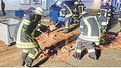 کامیون حامل شکلات واژگون شد / خیابان غرق در شکلات + عکس