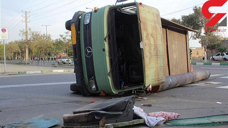 واژگونی کامیون حمل آهن در شادآباد + عکس