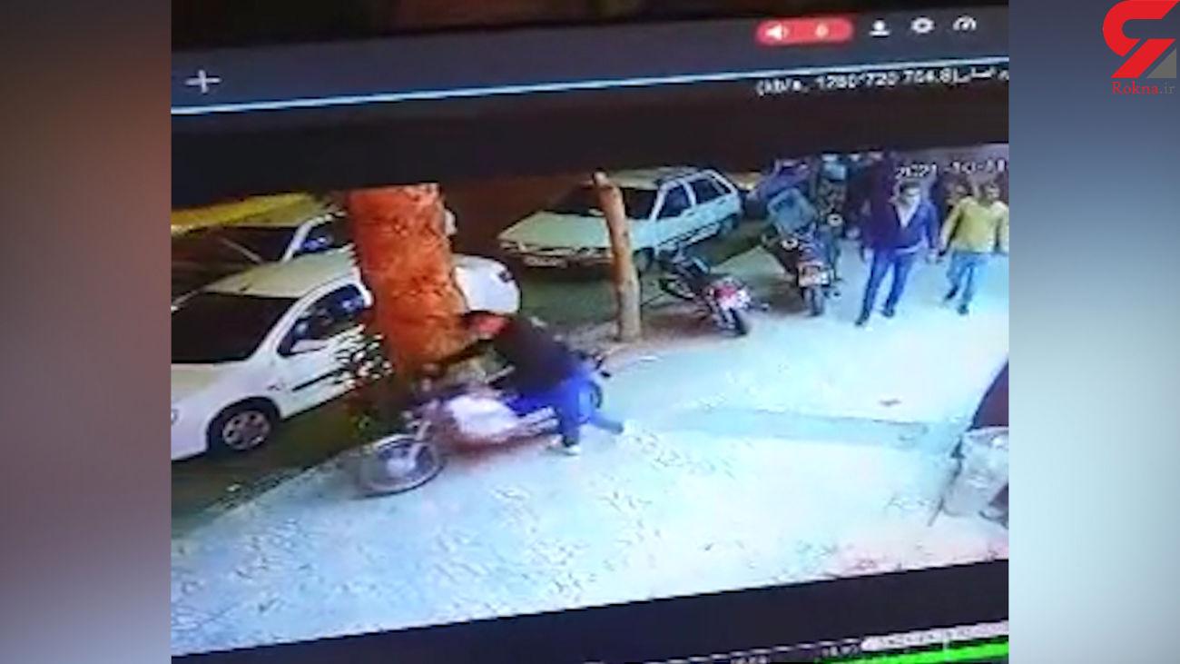 فیلم لحظه سرقت موتور توسط خونسردترین سارق !