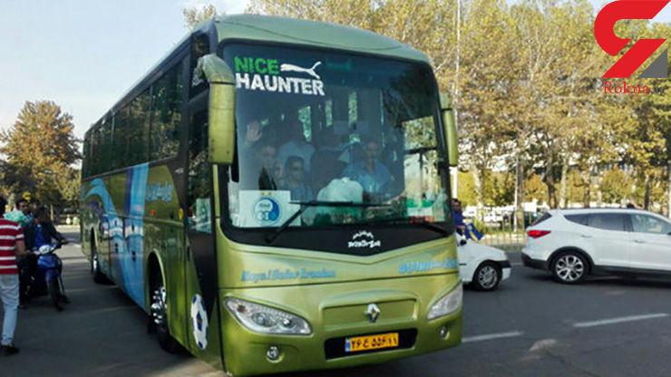 توقف اتوبوس استقلال توسط هواداران پرسپولیس و شعار علیه رحمتی!