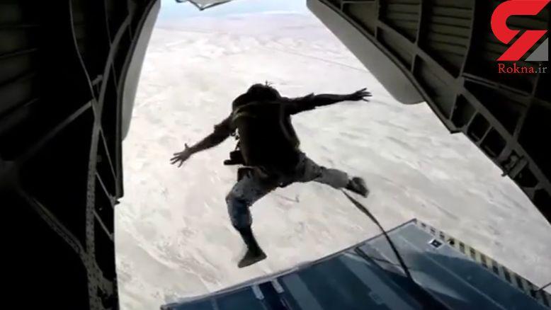 فیلم پرش چتربازان تکاور نیروی دریایی از بالگرد را ببینید