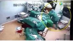 کتک کاری دو جراح بالای سر مریض در اتاق عمل !+عکس