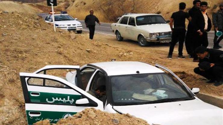 سقوط خودرو پلیس به چاله