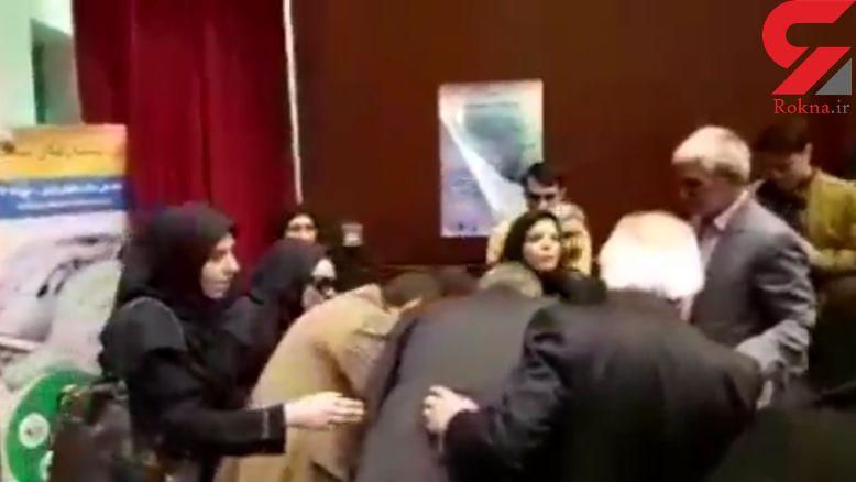 حمله خانم نماینده با پایه میکروفن به معاون استاندار
