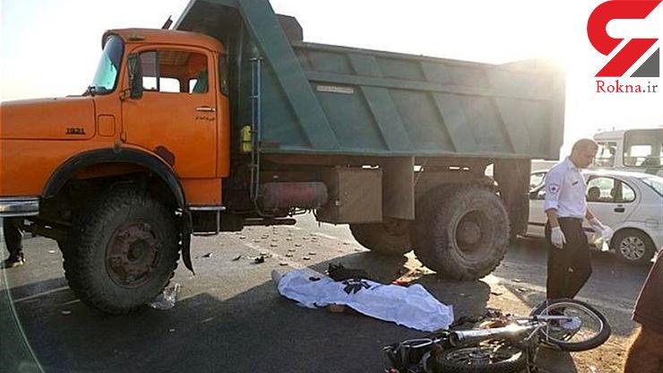 عکس تلخ از تصادف موتور سوار با کامیون