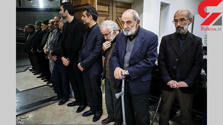 حسین شریعتمداری عصا به دست شد +عکس