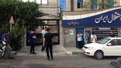 هواداران معترض مقابل باشگاه استقلال
