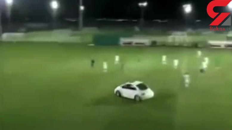 لحظه عجیب ورود ناگهانی خودرو به داخل زمین فوتبال! + فیلم