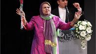 خواننده زن ایرانی روی صحنه می رود