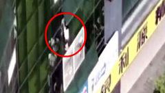 لحظه سقوط کودک ۷ ساله از طبقه چهارم  + فیلم و عکس