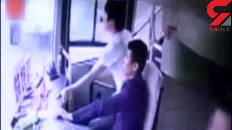 واقعی وحشتناک./پرت شدن مسافران اتوبوس به بیرون درتصادف شدید + فیلم