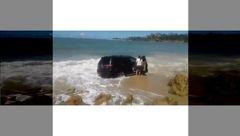 لحظه غرق شدن یک ماشین زیر امواج دریا + فیلم