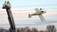 عکسی عجیب از گیر افتادن هواپیما در کابل های برق